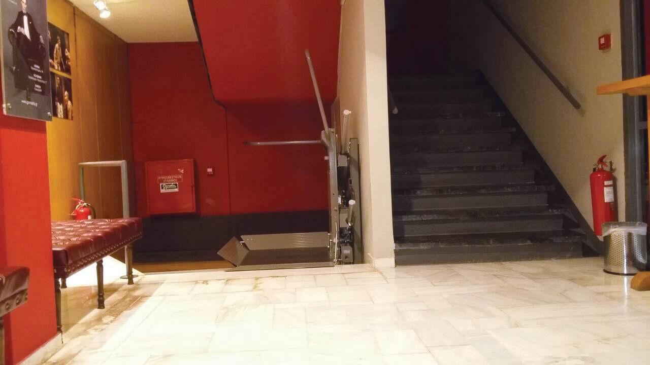 Εγκατάσταση ανελκυστήρα-πλατφορμας DELTA στην εσωτερική σκάλα του θεάτρου ΠΟΡΕΙΑ